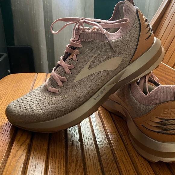 Brooks Shoes | Rose Gold Levitate 2 Le